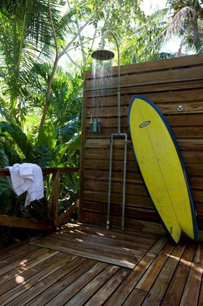 planche-de-surf-et-salle-de-bain-extérieure