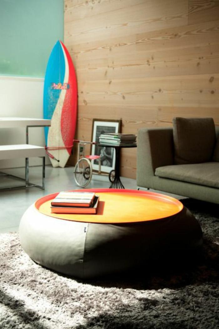 planche-de-surf-et-un-grand-pouf-en-cuir