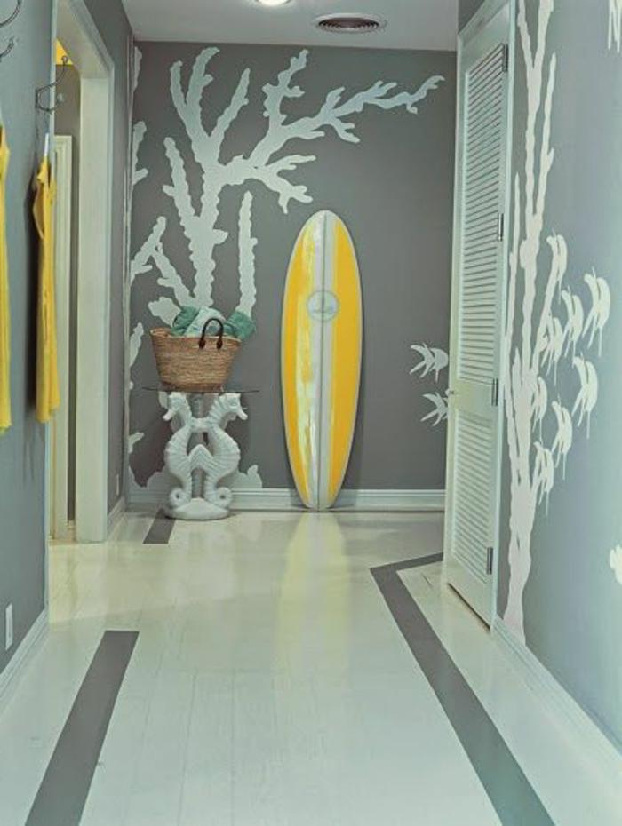 planche-de-surf-jaune-et-couloir-gris