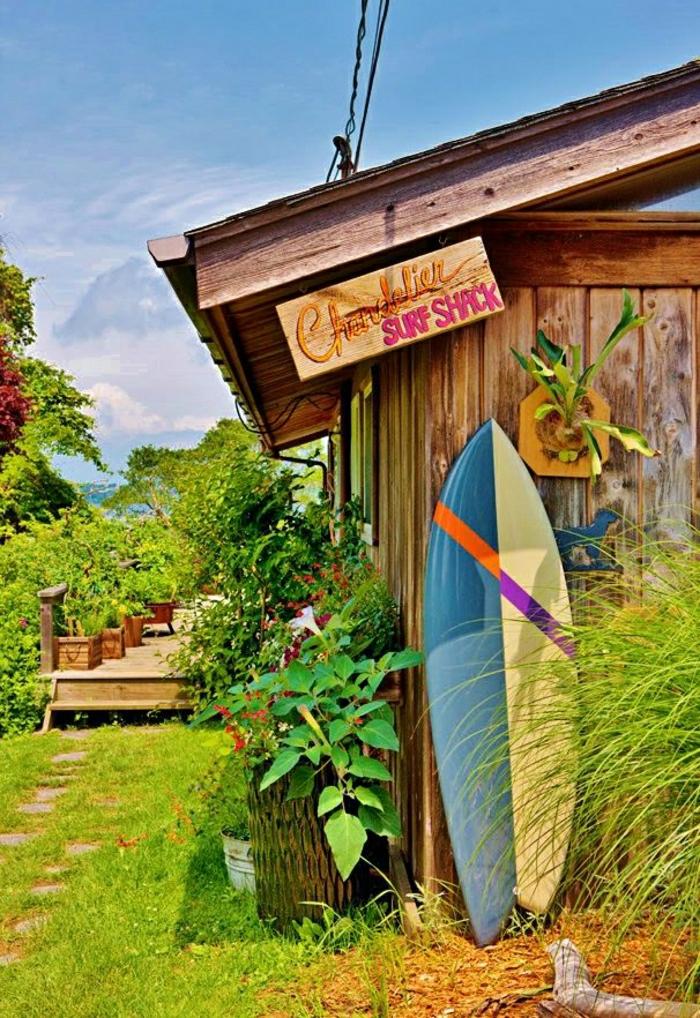 planche-de-surf-maison-pelouse-verte-resized