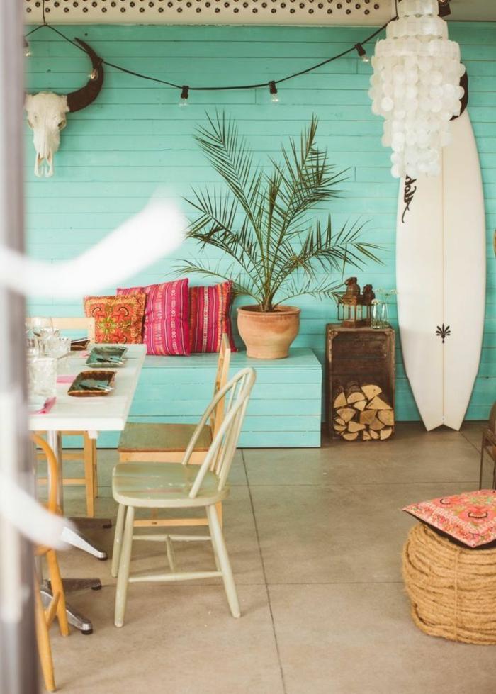 planche-de-surf-près-d'un-mur-turquoise