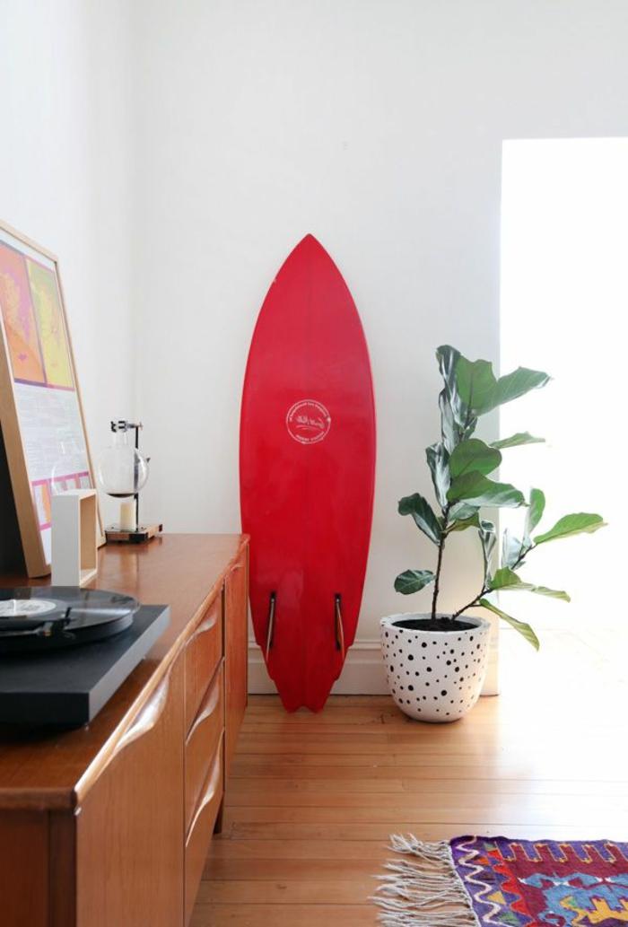 planche-de-surf-rouge-et-tapis-rustique