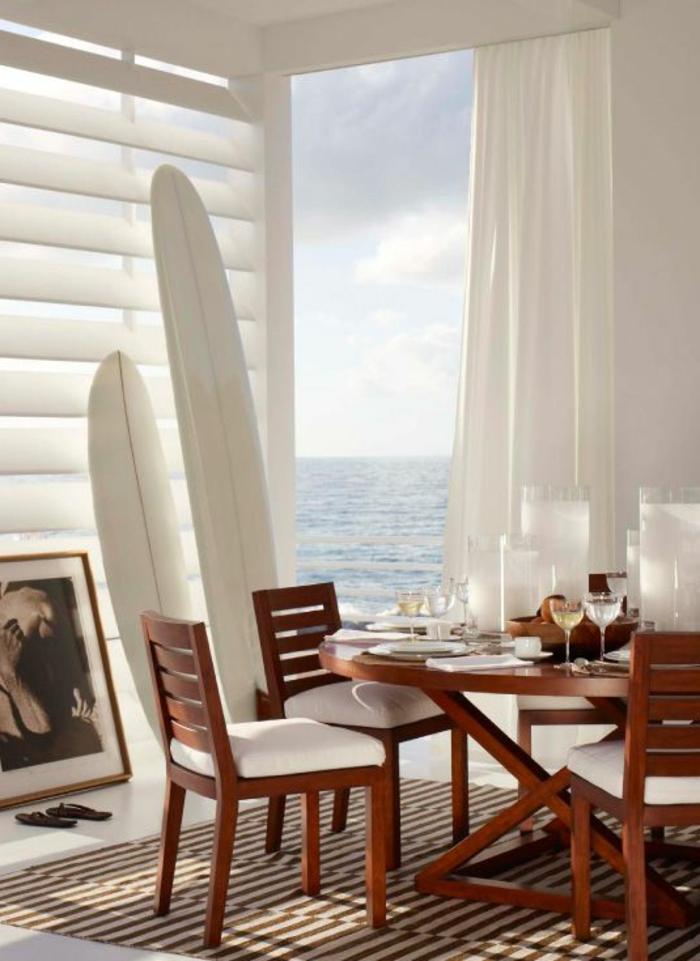 planche-de-surf-salle-de-déjeuner-maison-près-de-la-plage