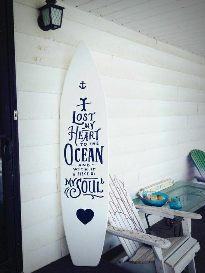 planche-de-surf-un-mur-blanc-et-scripts-originaux-resized