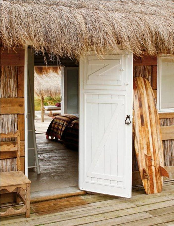 planche-de-surf-une-cabane-le-toit-en-paille