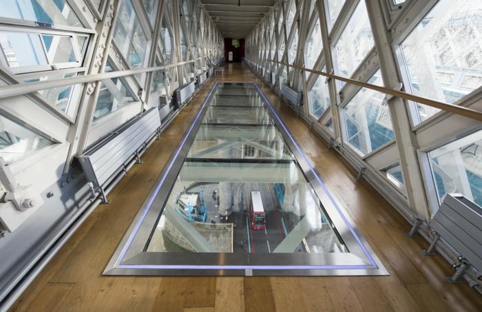 planche-verre-couloir-idée-insolite-architecture-mur-de-verre-parquet