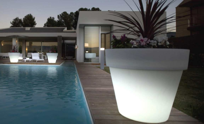 pot-de-fleur-lumineux-jardine-la-piscine