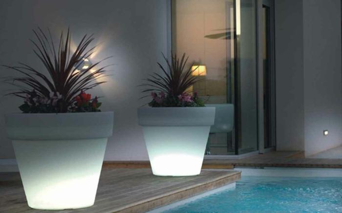 pot-de-fleur-lumineux-jardine-piscine-deux-blanc-grand-pots