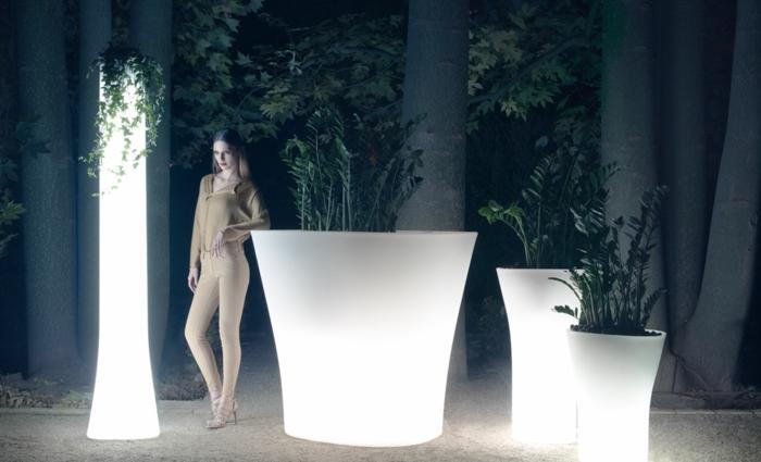 pot-lumineux-plantes-vertes-femme-grands-pots