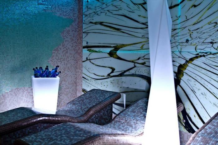 pot-lumineux-plantes-vertes-piscine