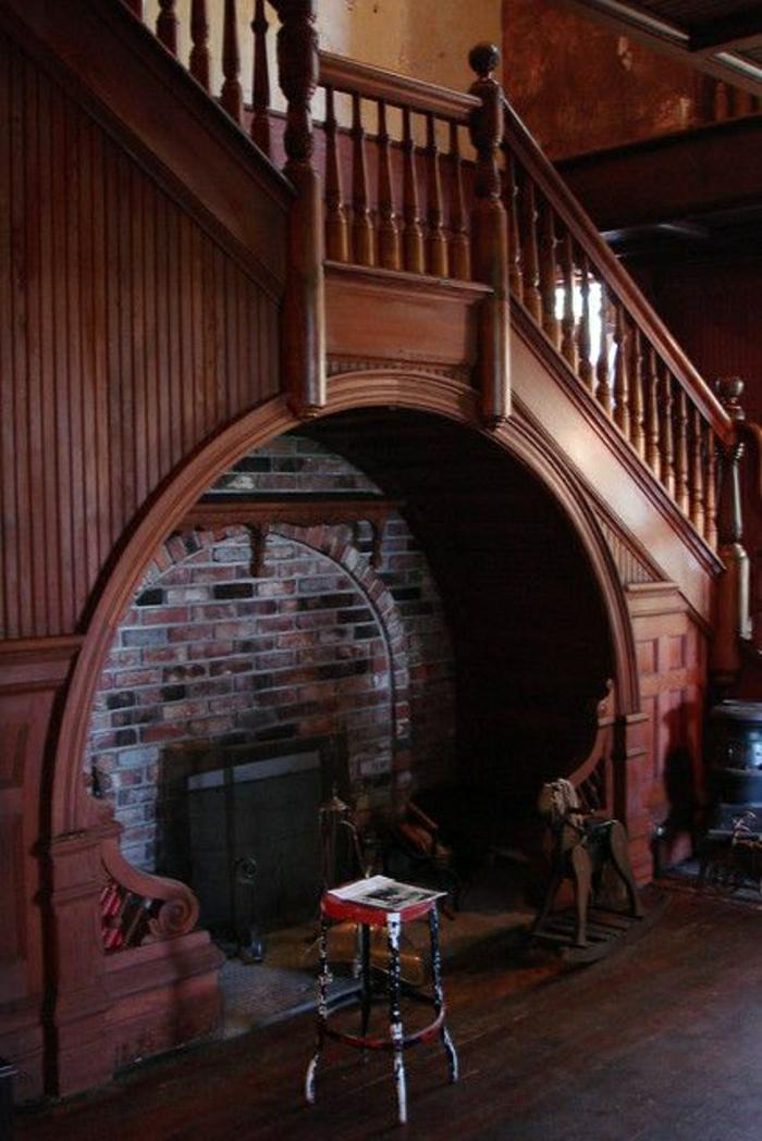 rangement-escalier-cheminée-sous-escalier-en-bois-chaise-de-bar-mur-de-briques-escalier-en-bois
