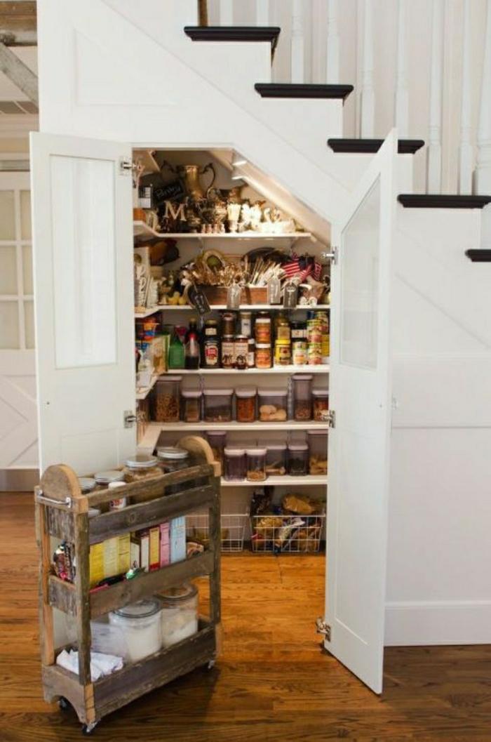rangement-escalier-placard-sous-escalier-couloir-sol-en-parquet