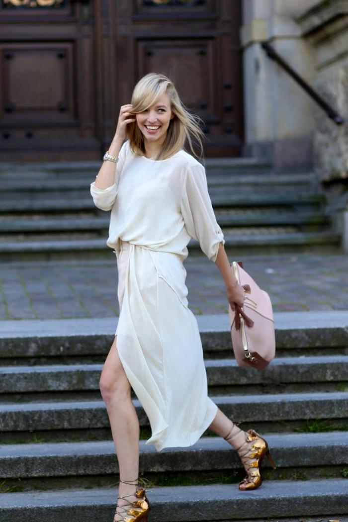 robe-blanche-d-été-sal-bandoulière-beige-fille-blonde-sur-la-rue