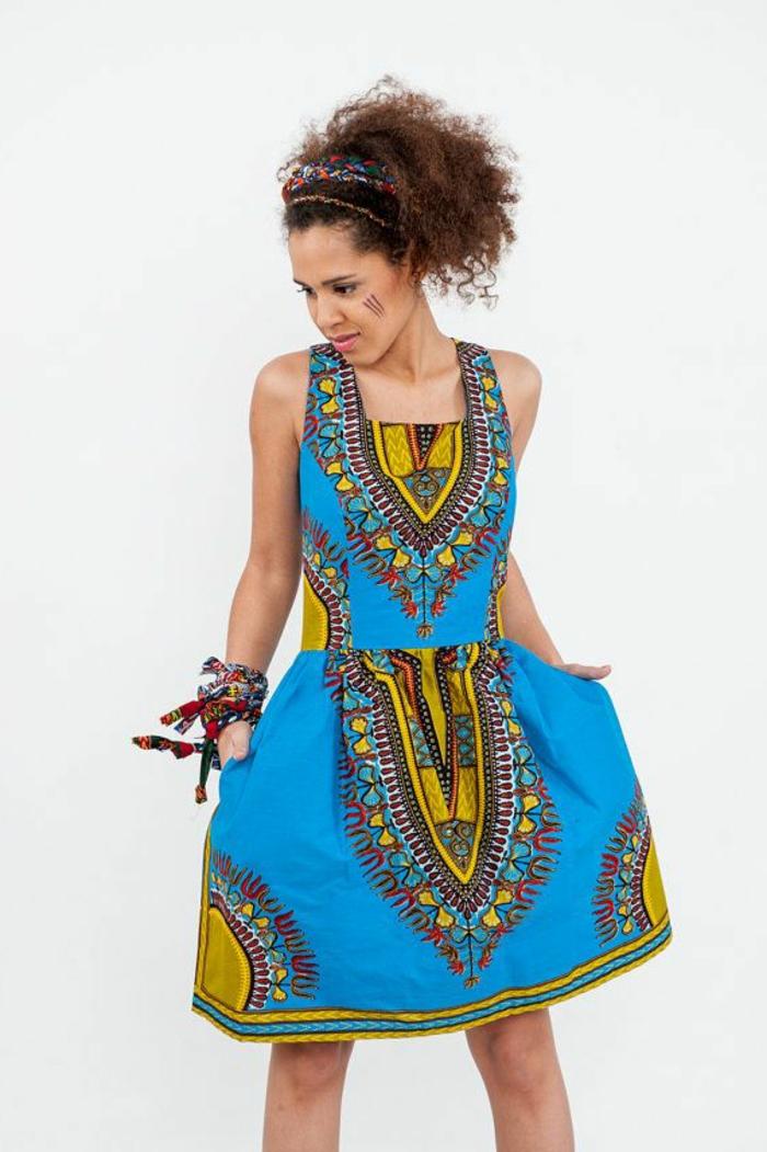 robe-colorée-d-été-bleu-coloré-femme-brunette-jolie-robe