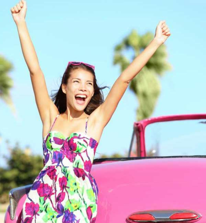 robe-d-été-colorée-jeune-fille-rose-voitureii