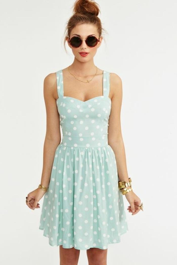 robe-habillée-a-points-blancs-femme-lunettes-de-soleil-noirs