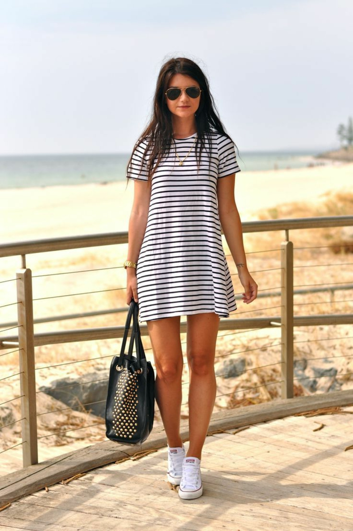 robe-habillée-a-rayures-blanc-noir-femme-lunettes-de-soleil-noirs