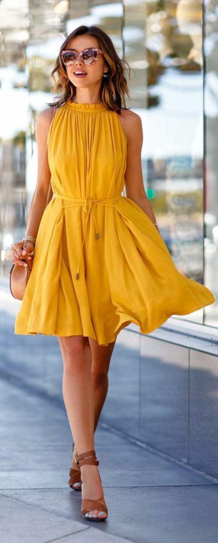 robe-jaune-robe-été-robe-habillée-courte-robe-d-été-jaune-femme-brunette-lunettes-de-soleil