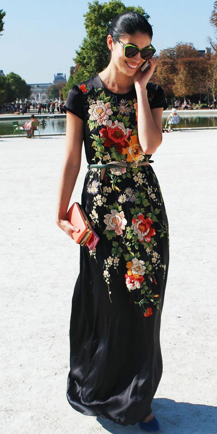 robe-noire-d-été-lunettes-de-soleil-robe-colorée-femme-brunette-belle-fille