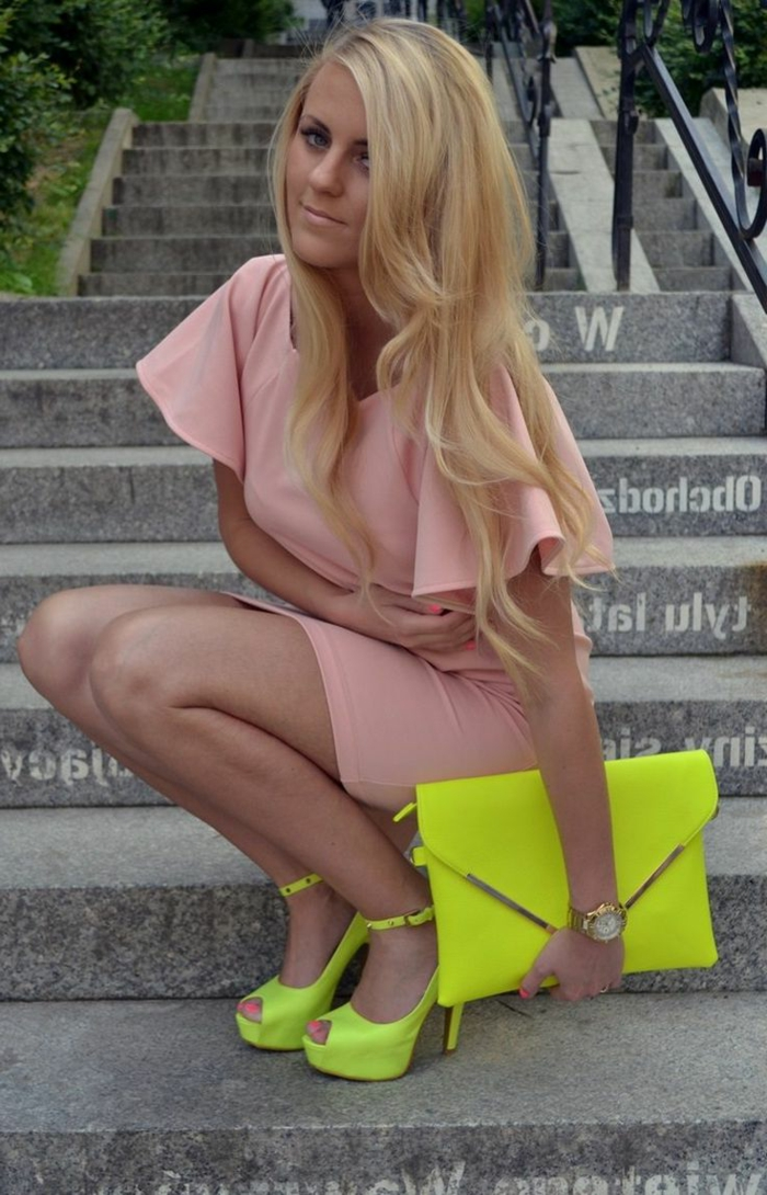 robe-rose-poudrée-quotidienne-escaliers-accessoires-neon-jaune