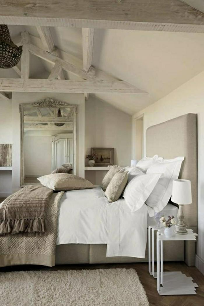 salle-a-coucher-de-couleur-taupe-tapis-blanc-linge-de-lit-taupe-plafond-mansardé