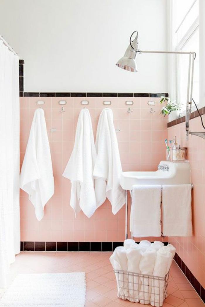 Le th me du jour est la salle de bain r tro - Carrelage rose salle de bain ...