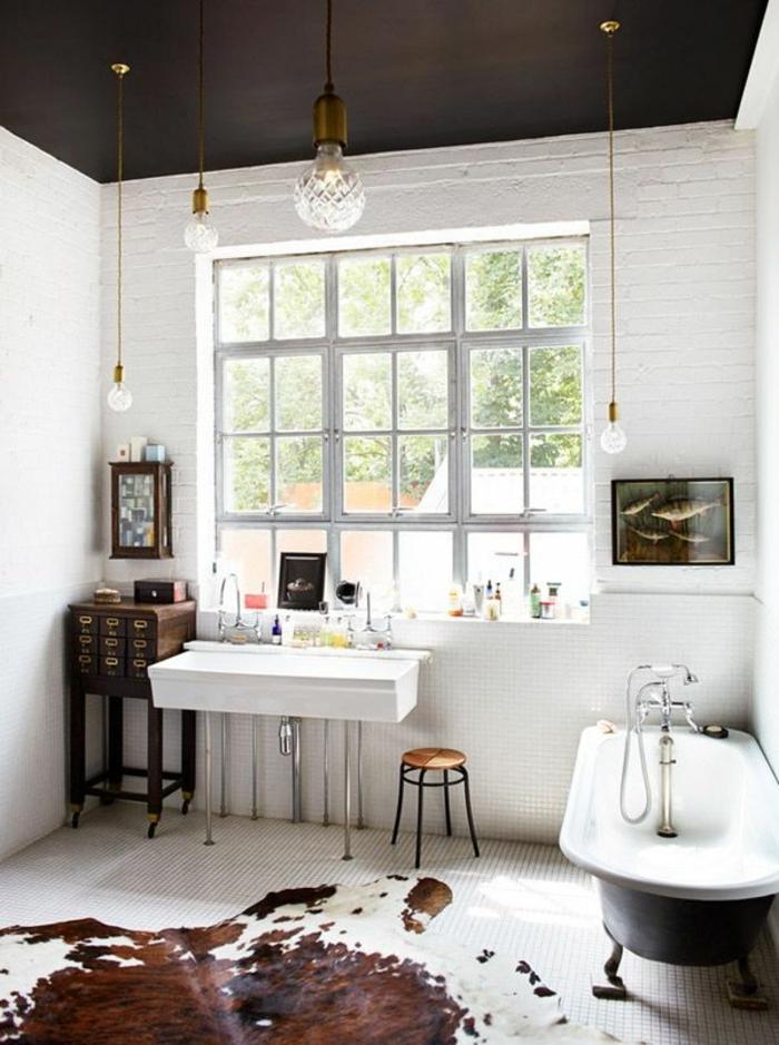 salle-de-bain-avec-tapis-en-peau-de-bete-blanc-marron-fenetre-salle-de-bain-lumière