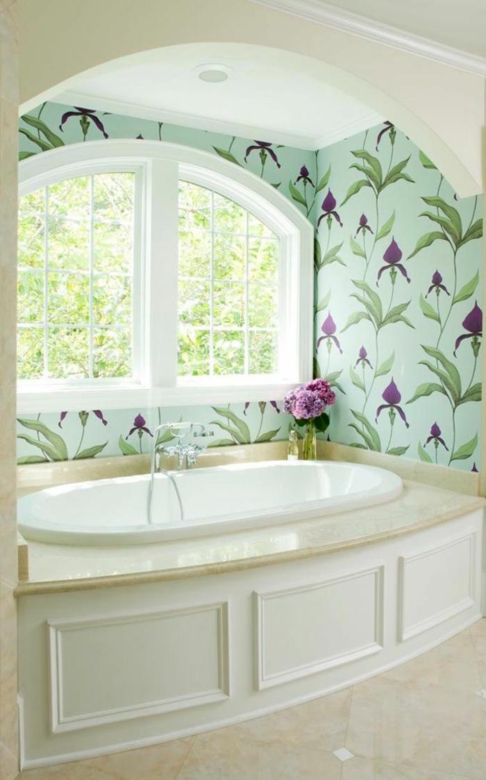salle-de-bain-classique-murs-colorés-baignoire-blanc-sol-en-carrelage-taupe-fleurs
