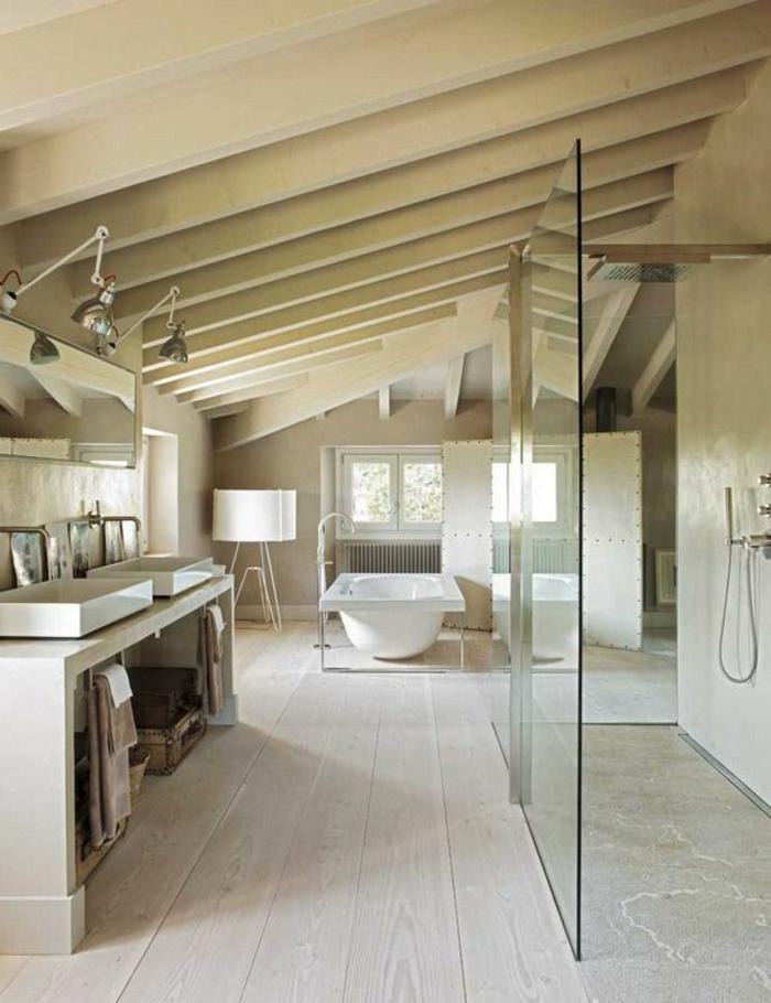 salle-de-bain-couleur-taupe-beige-sol-en-bois-taupe-salle-de-bain-mansardé-sous-pente