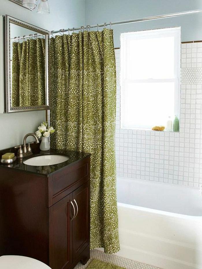 salle-de-bain-rétro-carrelage-rétro-murs-blanc-rideaux-de-baignoire-meuble-pour-la-salle-de-bain