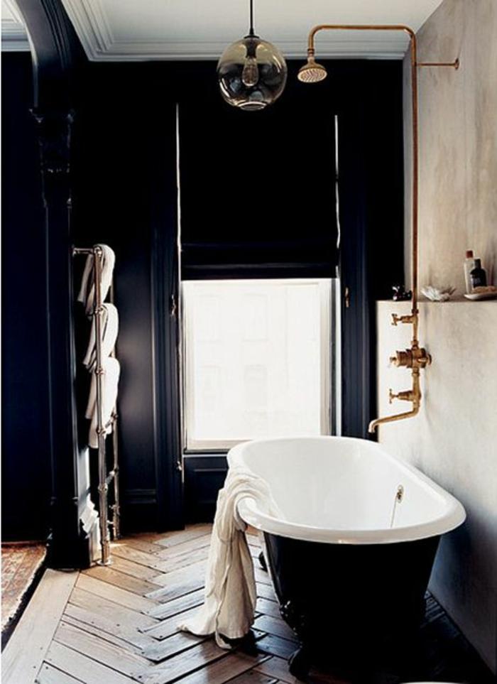 salle-de-bain-rétro-idée-aménagemen-salle-de-bain-ancienne-baignoire-blanc-parquet-mur-noir