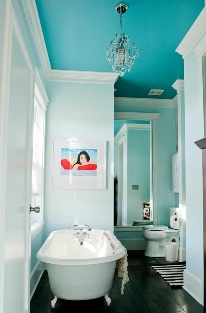salle-de-bain-rustique-sol-planchers-en-bois-baignoire-blanche-mur-bleu-ciel