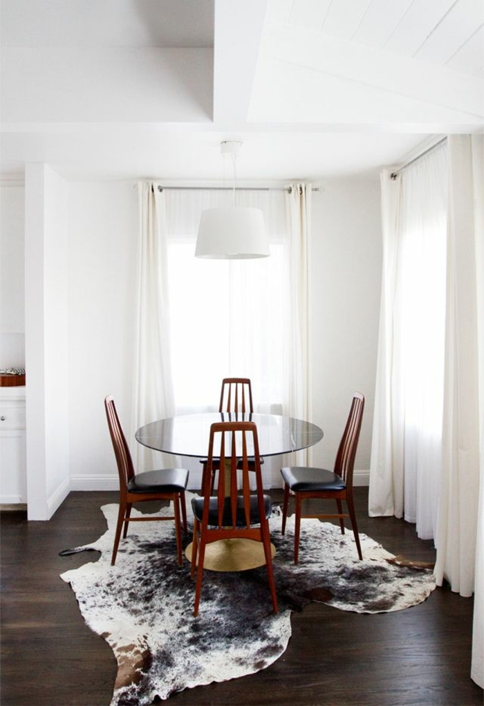salle-de-séjour-blanc-table-de-cuisine-chaises-de-cuisine-en-bois-rideaux-longs-blancs