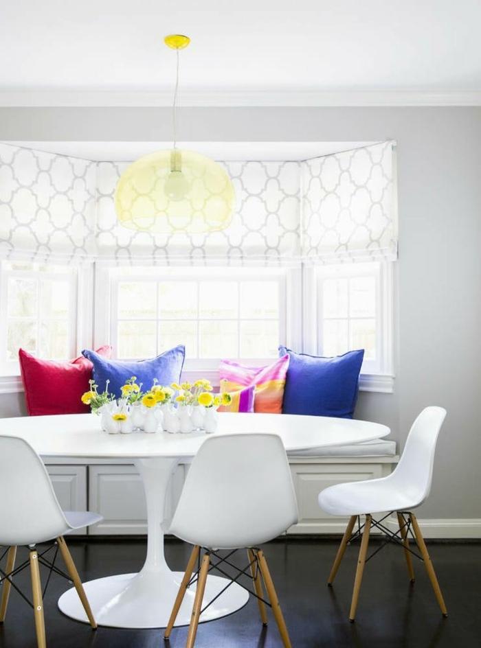 salle-de-séjour-table-tulipe-blanche-en-plastique-table-ronde-ikea-chaises-blanches-en-plastiques