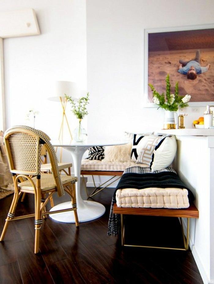 salle-de-séjour-table-tulipe-blanche-en-plastique-table-ronde-ikea-table-ronde-blanche