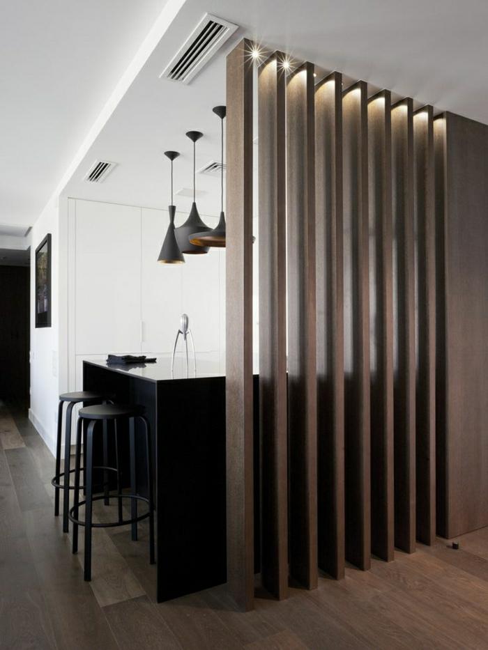 salle-de-séjour-taupe-bar-haut-noir-chaise-haute-de-bar-noir-mur-blanc-sol-en-parquet