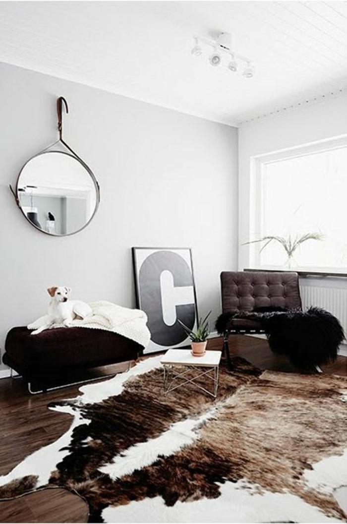 salon-avec-parquet-foncé-peau-de-vache-marron-blanc-table-de-salon-déco-mural