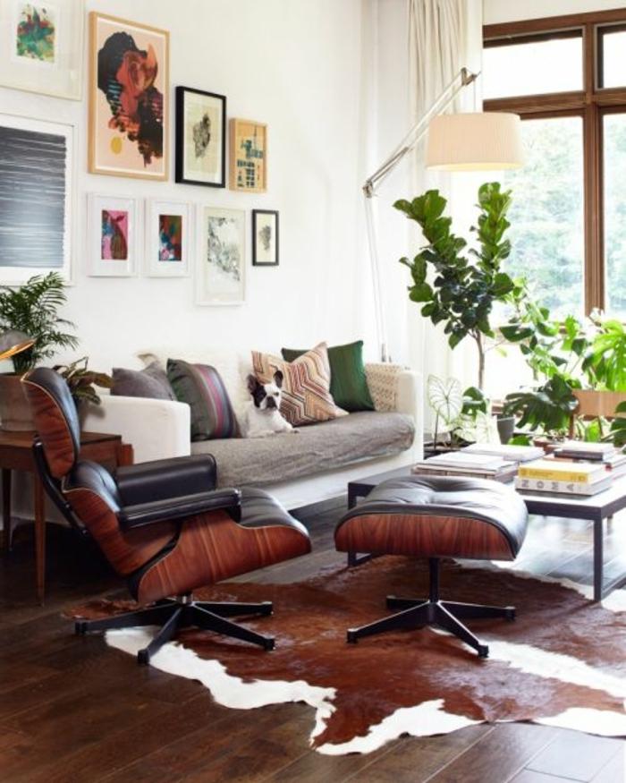 salon-cocooning-tapis-en-peau-de-vache-parquet-chien-peintures-murales-fenetre-grande