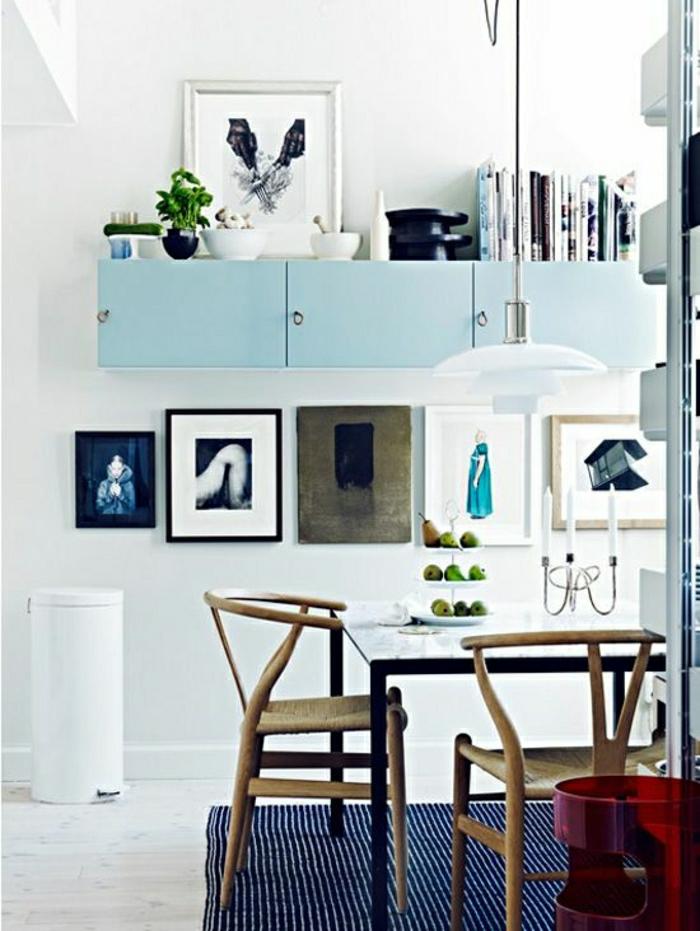 salon-couleur-turqoise-meuble-turqoise-tapis-a-rayures-blanc-tapis-bleu-décoration-murale