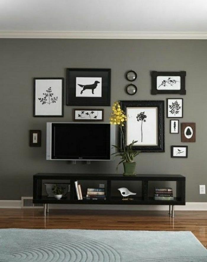 salon-design-élégant-tapis-gris-parquet-foncé-fleur-jaune-intérieur-gris-tv-noir