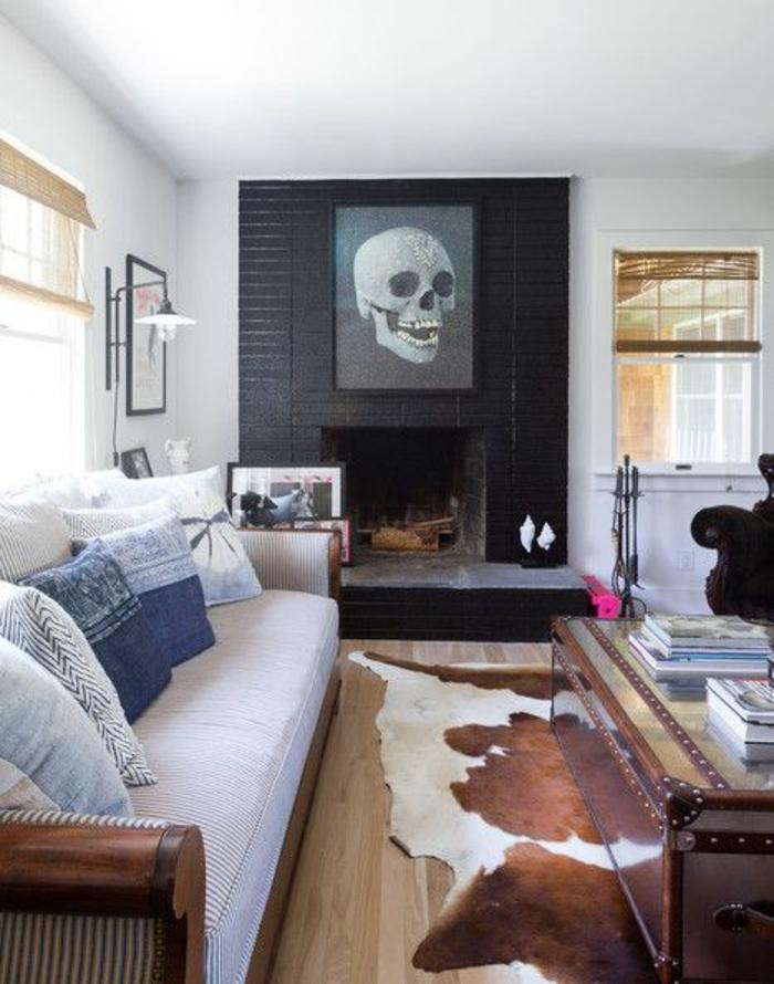 salon-insolite-avec-tapis-en-peau-décoration-murale-cheminée-décorative-mur-blanc