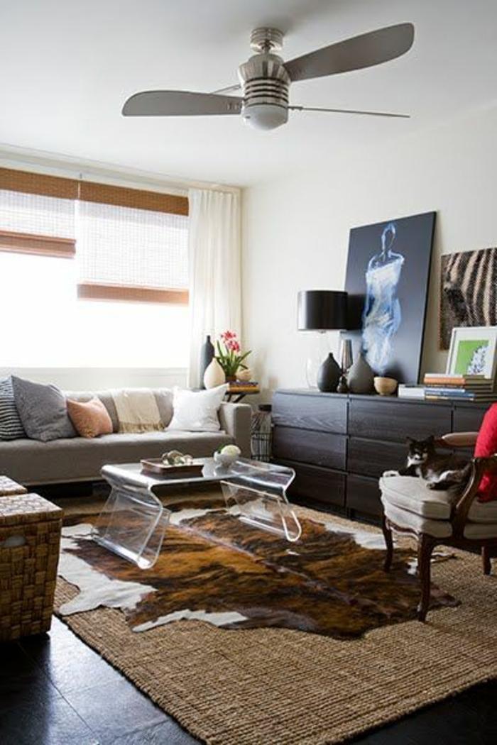 salon-moderne-tapis-en-peau-de-vache-moderne-fan-chambre-pleine-de-lumière