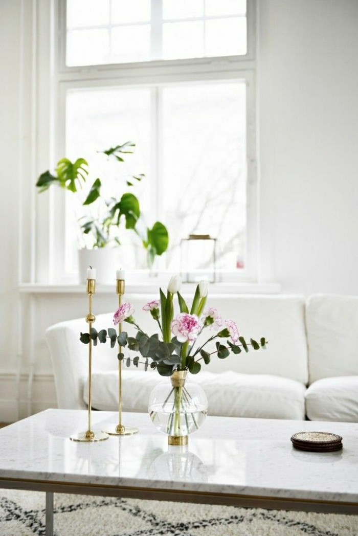 salon-table-bistro-bougies-décoratifs-table-basse-en-marbre-blanc-plante-verte-fenetre
