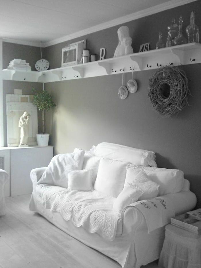 salon-taupe-ambiance-cocooning-canapé-blanc-sol-gris-taupe-parquet-en-bois-mur-taupe