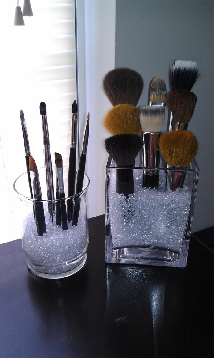 set-pinceaux-maquillage-organiser-dans-la-chambre