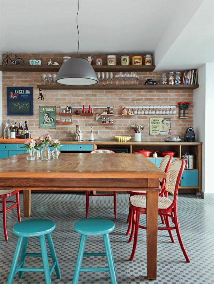 sol-carrelage-chaise-en-bois-couleur-bleu-ciel-table-en-bois-mur-de-briques