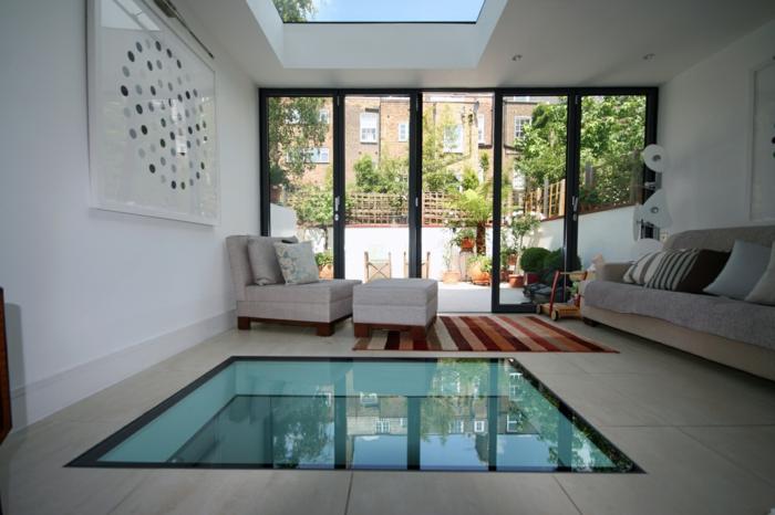 sol-de-verre-plancher-verre-salle-de-séjour-insolite-idée-carrelage-gris-canapé