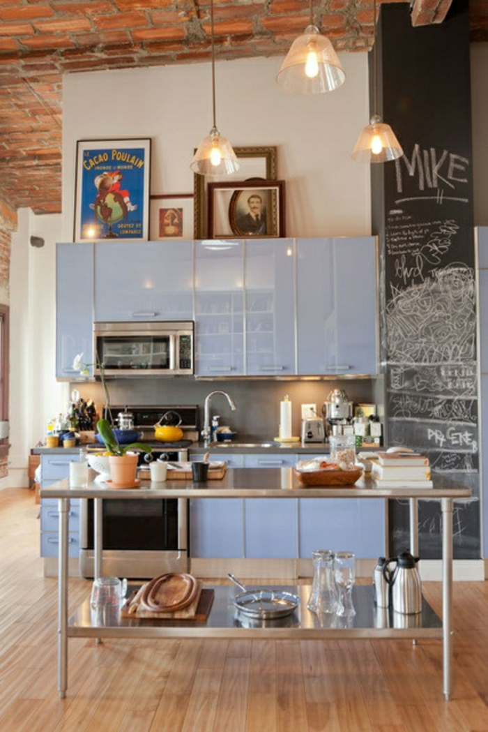 sol-en-lin-cuisine-avec-une-table-haute-de-cuisine-bleu-marine-plafond-haut-de-briques