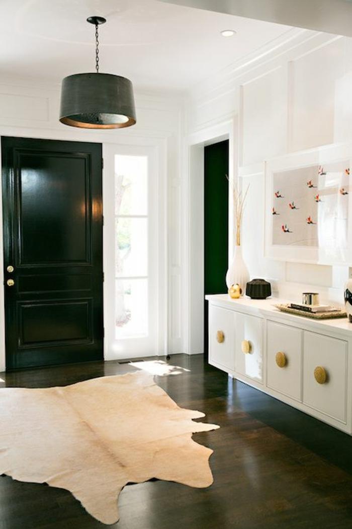 sol-en-lin-marron-foncé-mur-blanc-porte-en-bois-noir-lustre-noir-porte-avec-fenetre