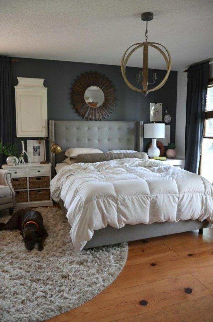sol-en-parquet-chien-noir-cambre-a-coucher-descente-de-lit-gris-murs-gris-linges-de-lit-gris
